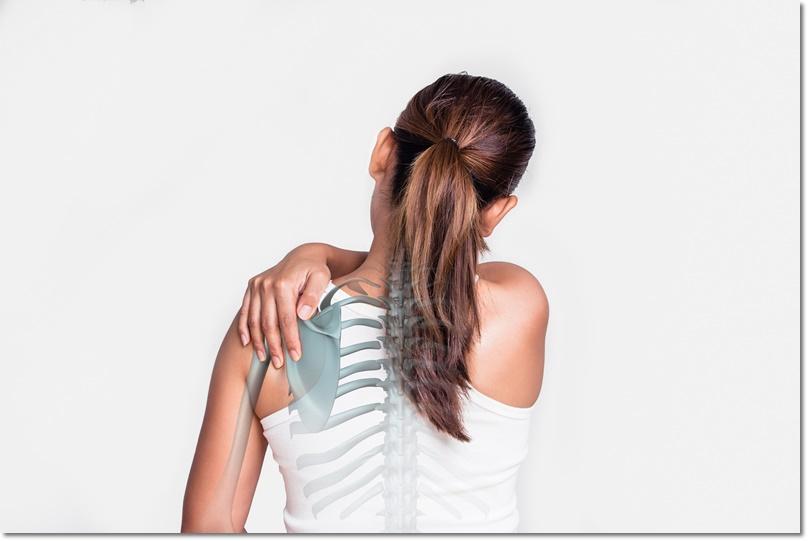 背中の後ろで手が組めない女性