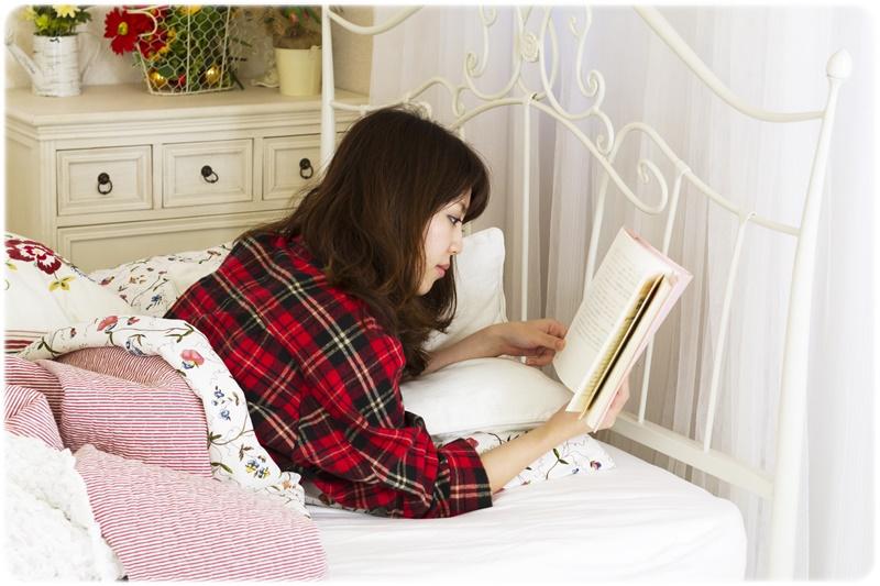 大人のうつ伏せ寝の読書で肩こりする原因